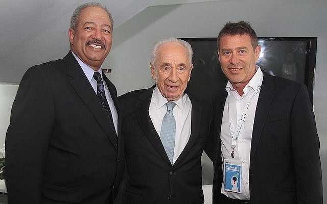 US Congressman Chaka Fattah (left) meets with former Israeli president Shimon Peres (center) and Braintech chairman Rafi Gidron on March 11, 2015 (Courtesy)