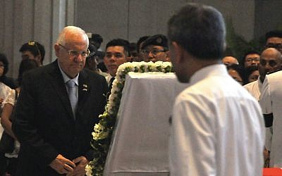 President Reuven Rivlin paying his respects to Lee Kuan Yew, Singapore's first prime minister, on March 27, 2015. (courtesy: Tomer Reichman)