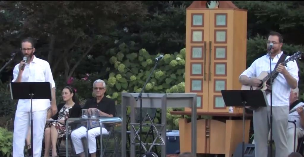 Outdoor Shabbat service at Temple Israel in West Bloomfield, Michigan, August 29, 2014 (screen capture: YouTube)