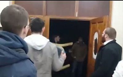 Young Jewish men fend off a gang trying to force their way into a London synagogue during a violent confrontation, March 22, 2015. (screen capture: YouTube/Vos9es's)