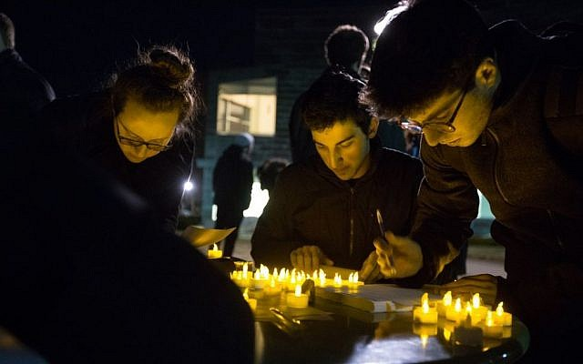 At a March 30, 2015 vigil held at Brandeis University to support victims of anti-Semitism in Europe, students wrote notes of support to an embattled Jewish community in France (photo credit: Elan Kawesch/The Times of Israel)