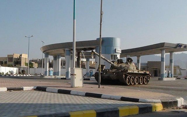 A picture taken on March 27, 2015 shows a tank in front of Aden's international airport main entrance (AFP / SALEH AL-OBEIDI)