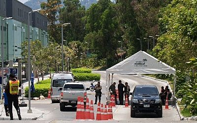 Thai police officers man a check-point outside a shopping mall a day after a bomb packed inside a pick-up truck with false number plates exploded in the car park, on the Thai southern resort island of Samui on April 11, 2015 (Photo credit: Geraldine Lassalle/AFP)