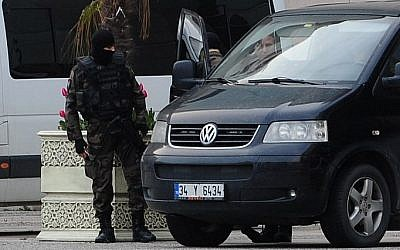 Turkish special forces take position on  in Istanbul in front of the courthouse where a Turkish prosecutor was taken hostage by an armed group, March 31, 2015. (photo credit: AFP/OZAN KOSE)
