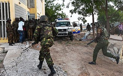 Kenyan Defense Forces run towards the Garissa University campus after an attack by Somalia's Al-Qaeda-linked al-Shabab gunmen in Garissa on April 2, 2015. (photo credit: AFP PHOTO / CARL DE SOUZA)