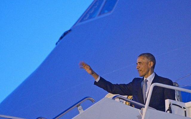 US President Barack Obama steps off Air Force One upon arrival at Hill Air Force Base on April 2, 2015 in Utah. (Photo credit: AFP/MANDEL NGAN)