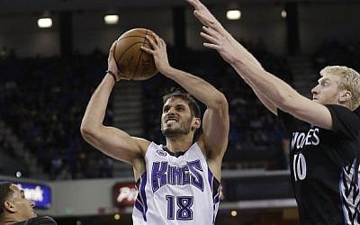 Sacramento Kings forward Omri Casspi drives to the basket between Minnesota Timberwolves players during the second half of an NBA game in Sacramento, California, on April 7, 2015. (Rich Pedroncelli/AP)