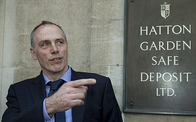 Detective Chief Inspector Paul Johnson of the Metropolitan police Flying Squad speaks to the media outside the Hatton Garden Safe Deposit Ltd entrance Thursday, April 9, 2015. (photo credit: AP Photo/Alastair Grant)