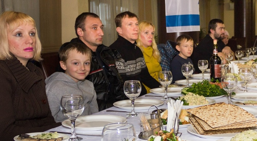 Jewish refugees from eastern Ukraine celebrate a simulated Passover 'seder' meal at The Jewish Agency's refugee center outside Dnepropetrovsk ahead of their immigration to Israel, March 29, 2015. (photo credit: The Jewish Agency/Vlad Tomilov)