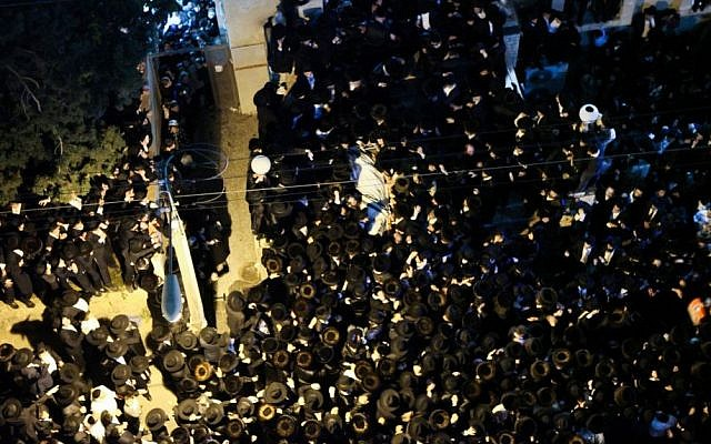 Thousands attend the funeral of Rabbi Shmuel Wosner in the ultra-Orthodox city of Bnei Brak, April 4, 2015. (photo credit: Flash90)