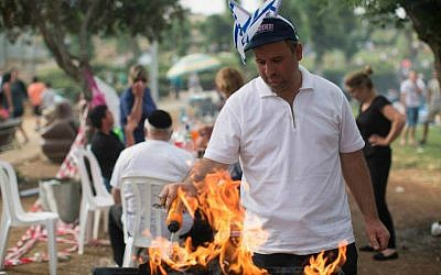 Israelis barbecue during the celebration of Israel's  66th Independence Day, Jerusalem, May 6, 2014. (photo credit: Yonatan Sindel/Flash90)
