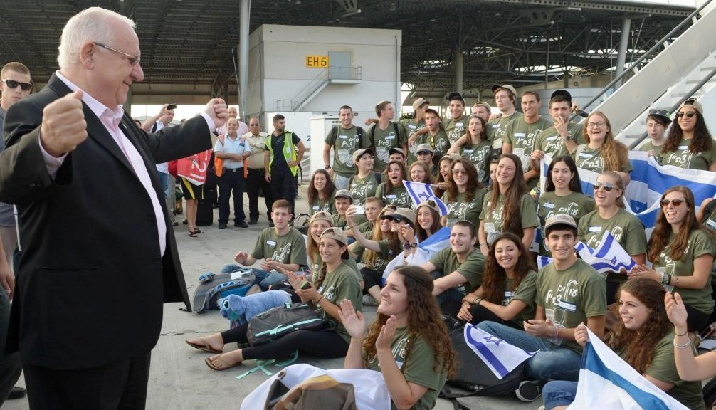 President Reuven Rivlin welcomes new immigrants from the US and Canada at Ben Gurion Airport, August 12, 2014. The arrivals, on a Nefesh B'Nefesh 'Soldiers Flight', were  set to join the Israel Defense Forces. (Photo credit: Mark Neyman/GPO/ FLASH90)