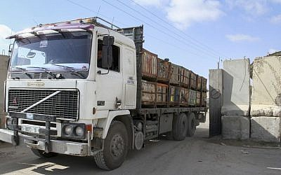 A truck loaded with goods enters the Gaza Strip from Israel through the Kerem Shalom crossing in  the southern Gaza Strip, March 15, 2015. (Abed Rahim Khatib/Flash90)