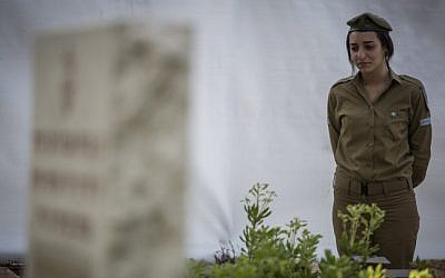 An Israeli soldier stands at attention during the flag laying ceremony at Mount Herzl Military Cemetery in Jerusalem, on April 19, 2015 (Photo credit: Hadas Parush/Flash90)