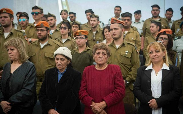 IDF soldiers and bereaved families mourn at a ceremony marking Memorial Day for Israel's fallen soldiers and victims of terror at the Yad Labanim memorial in Jerusalem, April 21, 2015. (Miriam Alster/Flash90)