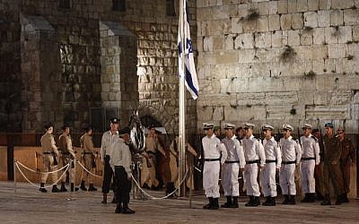 The Memorial Day ceremony at the Western Wall on April 21, 2015 (Photo credit: Yonatan Sindel/Flash90)