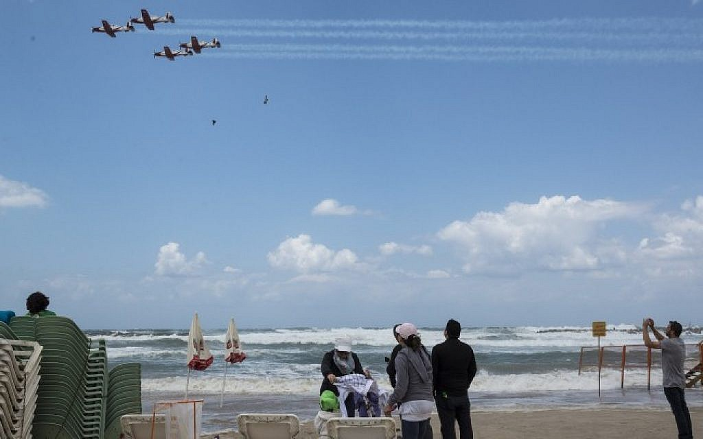 Israelis watching a demonstration of the Israeli Air Force on the 67th Independence Day of Israel over the beach in Tel Aviv on April 23, 2015 (Photo credit: Danielle Shitrit/Flash90)