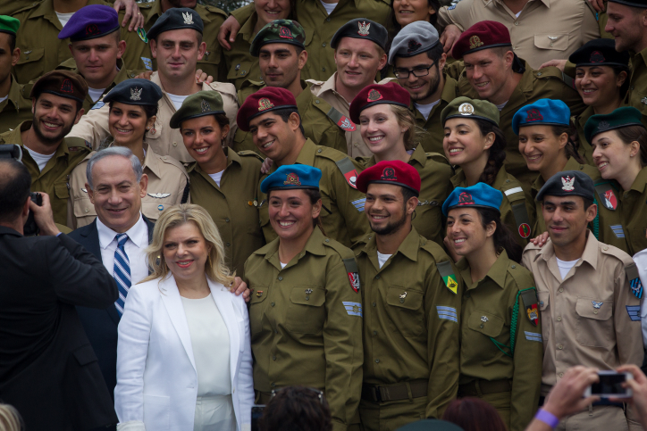 Israeli soldiers pose with Prime Minister Benjamin Netanyahu and his wife Sara after a ceremony honoring outstanding soldiers at the President's residence in Jerusalem as part of Israel's 67th Independence Day celebrations on April 23, 2015. (Photo credit: Miriam Alster / Flash90)