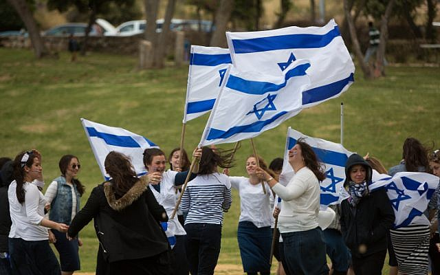 Israelis celebrating on Independence Day in Jerusalem on April 23, 2015. ( Yonatan Sindel/Flash90)