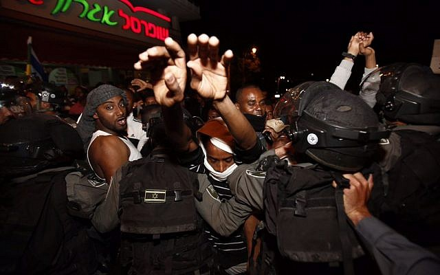 Hundreds of Israelis of Ethiopian origin clash with police at a protest in Jerusalem, called to highlight alleged violence and racism against the community by police, April 30, 2015. (Photo credit: Yonatan SIndel/FLASH90)