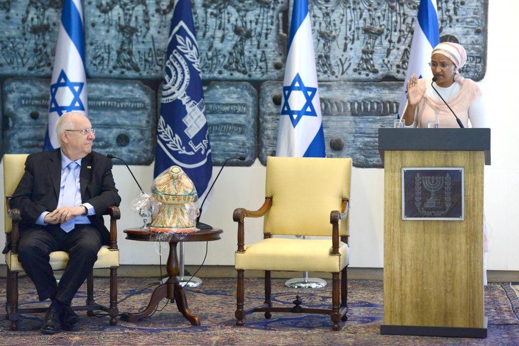 President Reuven Rivlin meets students from Israel's Ethiopian community, April 30, 2015. (photo credit: Mark Neyman/GPO)