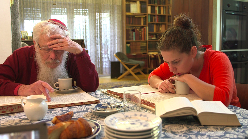 Nobelist Robert Yisrael Aumann and his granddaughter studying Talmud in Uri Rosenwaks' documentary series, 'The Nobelists' (Courtesy Ruth Diskin Films)