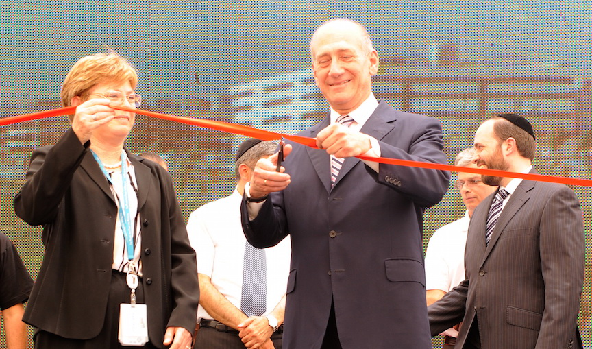 Former Prime Minister Ehud Olmert and Intel Israel General Manager Maxine Fassberg cuts the ribbon at the opening of Intel's new R&D center in Jerusalem, 2009 (Photo credit: Intel)