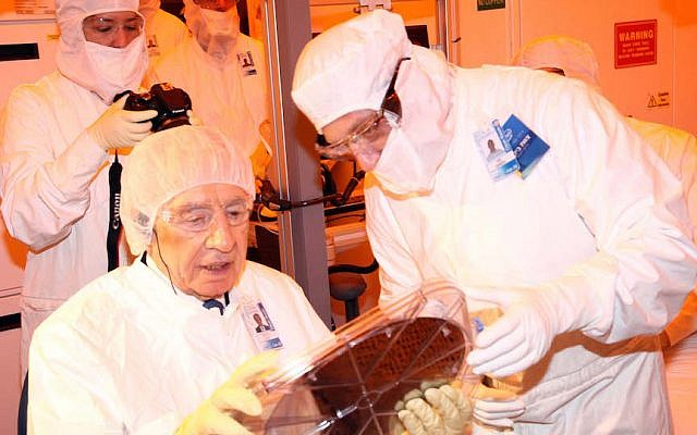 Former president Shimon Peres in  the  'cleanroom' fabrication facility in Intel's Kiryat Gat facility (Sivan Faraj)