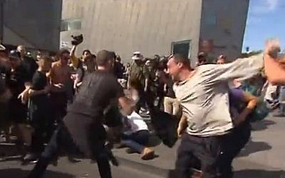 Anti-Islamization protesters and counter-protesters clash in Australia, April 4, 2015 (Photo credit: YouTube screen capture)