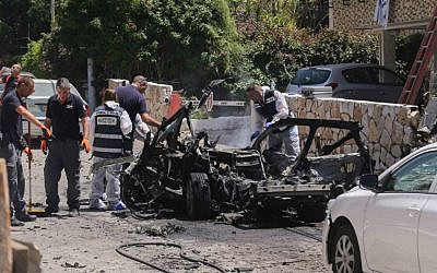 Illustrative: Police at the scene where a car bomb went off in Givatayim near Tel Aviv on April 26, 2015, injuring three people. Police believe that the blast was criminally motivated. (Flash90)