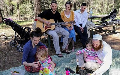 Israelis enjoy a picnic at the Gush Etzion forest in Gush Etzion on April 6, 2015, during the Passover vacation. (Photo credit: Gershon Elinson/Flash90)