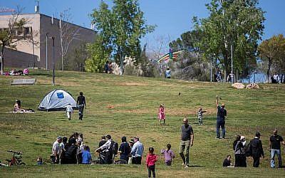People visit the Sacher park in Jerusalem, during the Passover holiday, April 5, 2015. (Yonatan Sindel/Flash90)