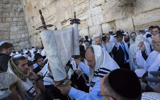 Jewish worshipers gather at the Western Wall, for the annual priestly blessing on April 6, 2015. (Yonatan Sindel/Flash90)