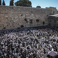 Thousands of worshipers gathered at the annual priestly blessing at the Western Wall on April 6, 2015.  (Photo credit: Yonatan Sindel/Flash90)