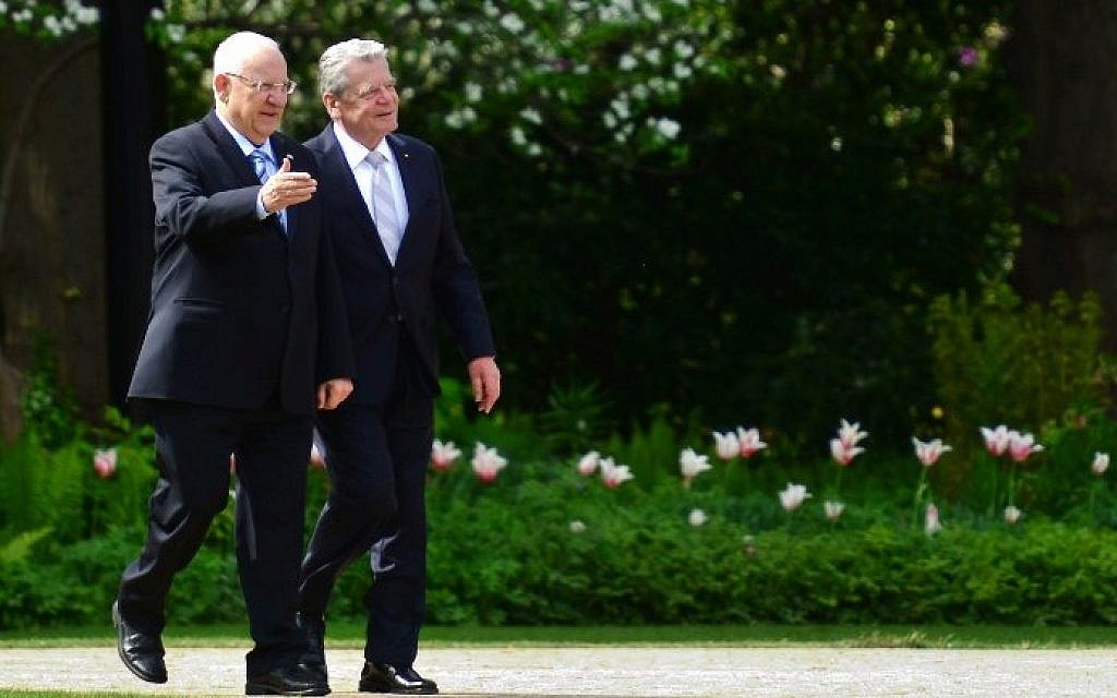 German President Joachim Gauck (R) walks with President Reuven Rivlin during a reception at the Bellevue presidential palace in Berlin on May 11, 2015. (photo credit: AFP/JOHN MACDOUGALL)