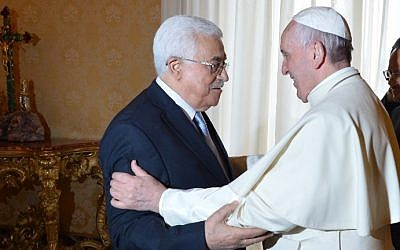 Pope Francis welcomes Palestinian Authority President Mahmoud Abbas during a private audience on May 16, 2015 in Vatican (AFP photo pool/Alberto Pizzoli)