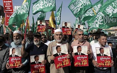 Leader of the radical northern wing of the Islamic Movement in Israel, Sheikh Raed Salah (center) attends a demonstration organized by the movement against the death sentence handed to Egypt's ousted president Mohamed Morsi, in the town of Kfar Kana, in northern Israel, on May 23, 2015. (AFP/ AHMAD GHARABLI)