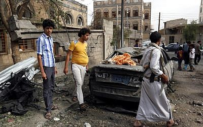 People inspect the rubble following a reported airstrike in the Yemeni capital Sanaa, on May 27, 2015. (AFP/MOHAMMED HUWAIS)