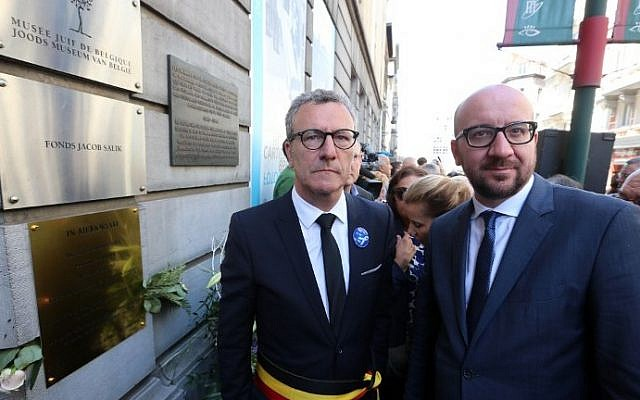 Brussels City mayor Yvan Mayeur (L) and Belgian Prime Minister Charles Michel (R) attend a tribute ceremony at the Jewish museum in Brussels on May 24, 2015. (Nicolas Maeterlinck/AFP)