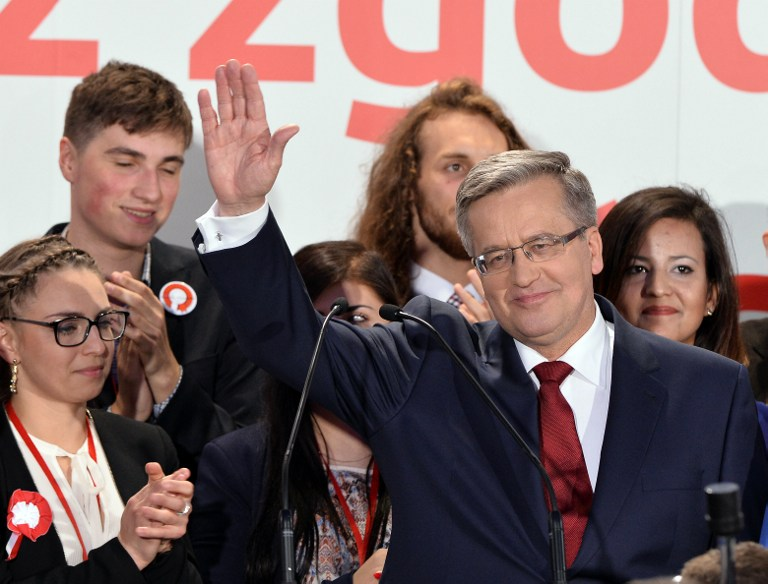 Polish President Bronislaw Komorowski reacts after the announcement of the exit poll results of the second round of the presidential election in Warsaw, on May 24, 2015. (AFP PHOTO/JANEK SKARZYNSKI)