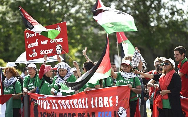 Palestinian activists protest in front of the Hallenstadium where the 65th FIFA Congress takes place in Zurich on May 29, 2015. (AFP PHOTO / MICHAEL BUHOLZER)