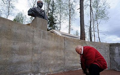 A man bows during the inauguration of a sculpture of Russian President Vladimir Putin in the village of Agalatovo about 30 km from Saint Petersburg, May 16, 2015. (AFP/OLGA MALTSEVA)