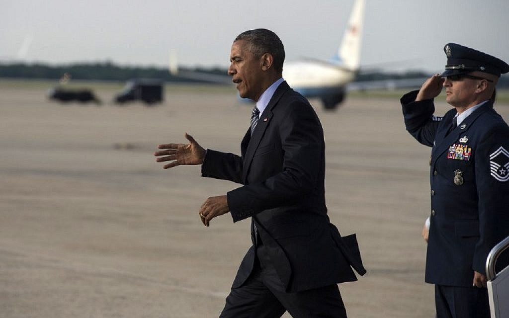 US President Barack Obama walks off Air Force One at Andrews Air Force Base in Maryland on May 20, 2015 after returning from the134th Commencement Exercises of the United States Coast Guard Academy in New London London, Connecticut, and a fundraiser in nearby Stamford. (AFP PHOTO/NICHOLAS KAMM)