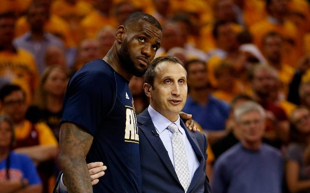 LeBron James #23 of the Cleveland Cavaliers and head coach David Blatt speak late in the fourth quarter against the Atlanta Hawks during Game Four of the Eastern Conference Finals of the 2015 NBA Playoffs at Quicken Loans Arena on May 26, 2015 in Cleveland, Ohio (Gregory Shamus/Getty Images/AFP)