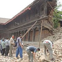 Volunteers formed long lines to stack rubble in Bhaktapur. (Melanie Lidman/Times of Israel)