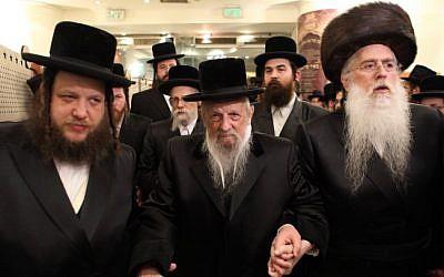 The rebbe of the Vizhnitz Hasidic dynasty, center. (Yaakov Naumi/Flash90)
