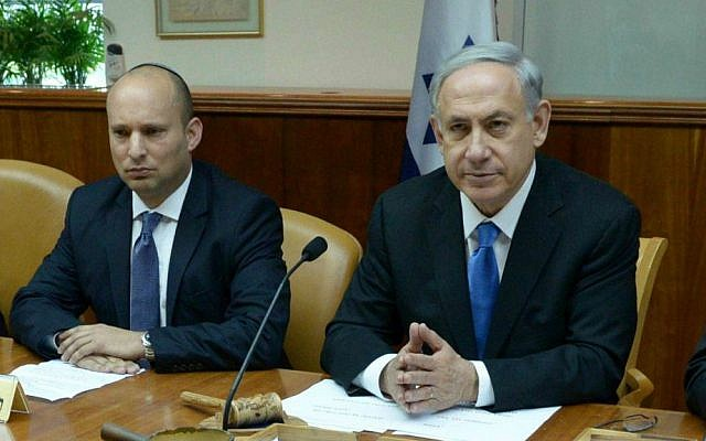 Jewish Home leader Naftali Bennett (L) and Prime Minister Benjamin Netanyahu at a cabinet meeting following the death of minister Uri Orbach, who passed away at the age of 54. February 16, 2015. (Haim Zach/GPO)