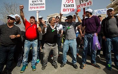 Israelis protest against mass layoffs of hundreds of workers at Israel Chemicals during a demonstration outside the Prime Minister's Office in Jerusalem, March 11, 2015. (Yonatan Sindel/Flash90)
