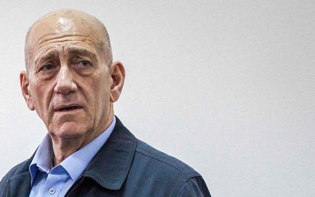 Former Prime Minister Ehud Olmert in Jerusalem court on March 30, 2015. (Emil Salman/POOL)