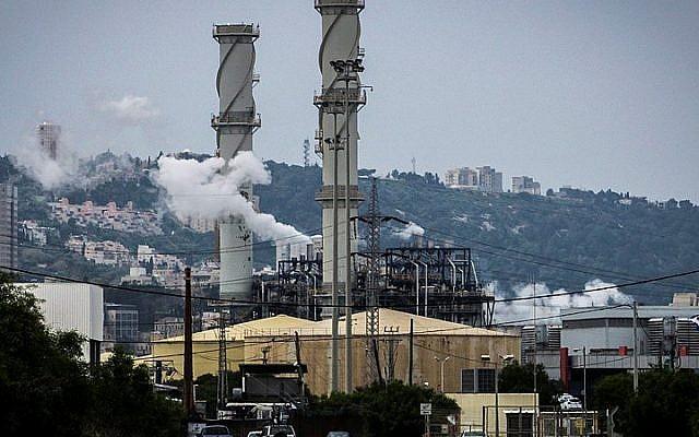 Pollution in Haifa, April 15, 2015. (Basel Awidat/FLASH90)